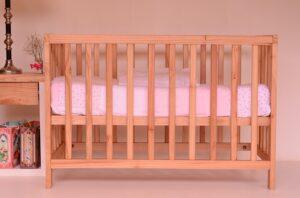 Łóżeczko dziecięce z przewijakiem - na co zwrócić uwagę?